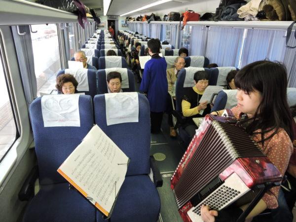 うたごえ列車2号車で「旅立ちの日に」を練習