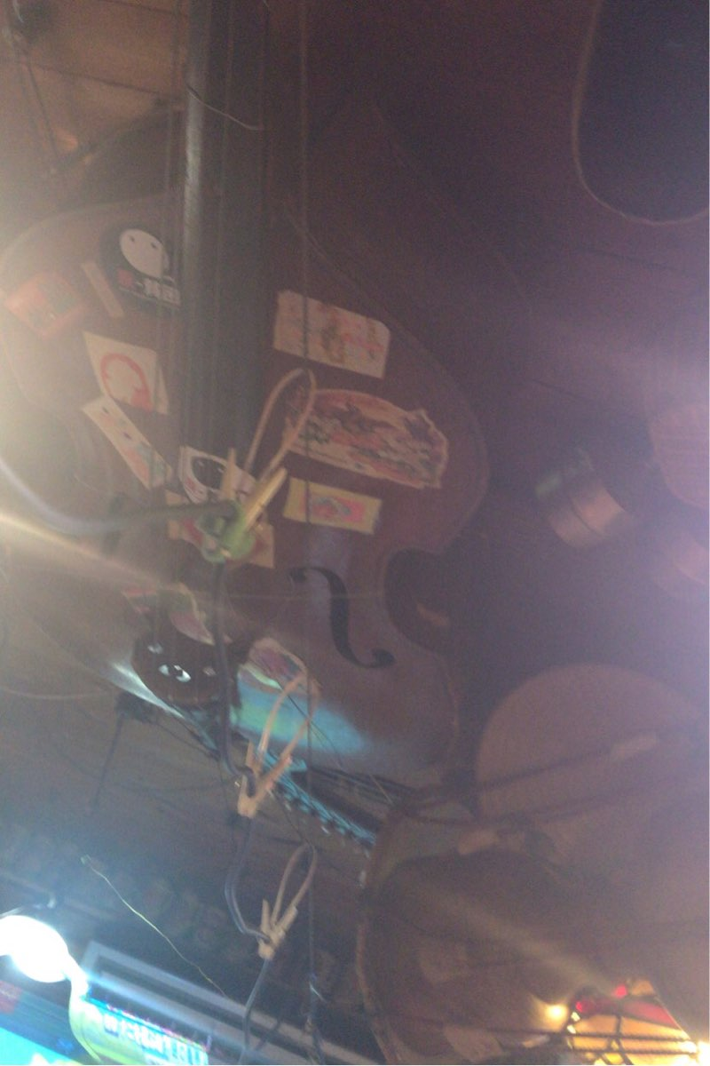 家路の天井にはコントラバスがあります
