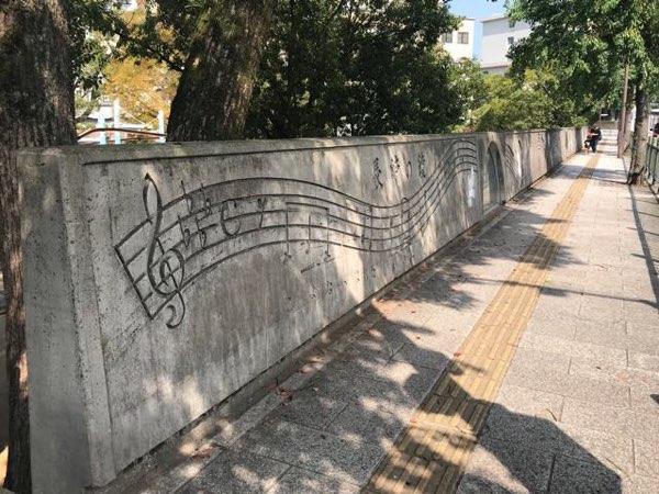 長崎の鐘の楽譜が書いてある壁2